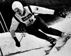 Lucile Wheeler du Canada participe au ski alpin aux Jeux olympiques d'hiver de Cortina D'Ampezzo de 1956. Wheeler a remporté une médaille de bronze en descente. (Photo PC/AOC)
