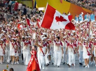 Adam Van Koeverden porte le drapeau et mène l'équipe canadienne lors des Jeux olympiques d'été de Beijing, en 2008. CP Photo/COC