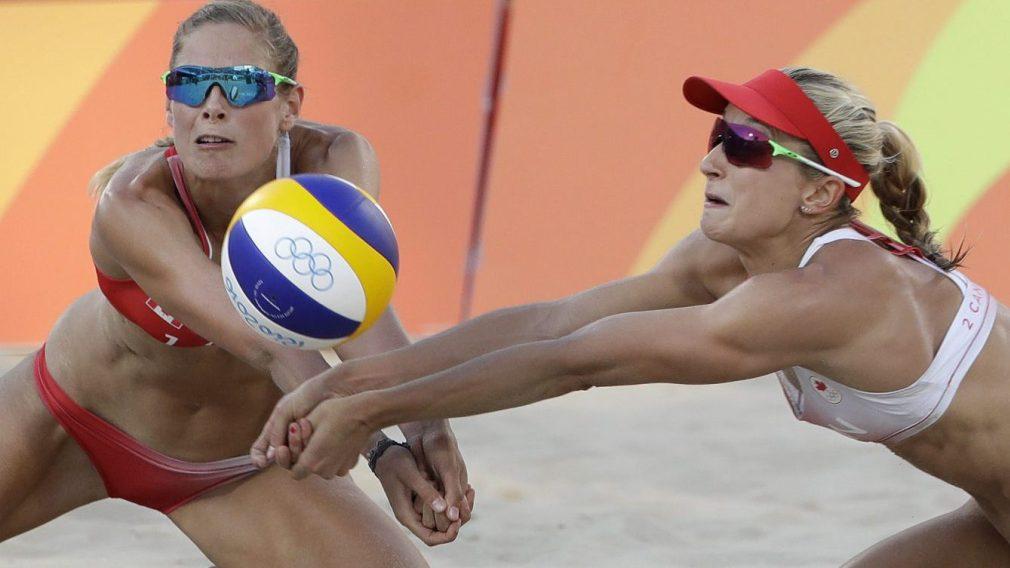 Sarah Pavan et Heather Bansley se précipitant vers le ballon