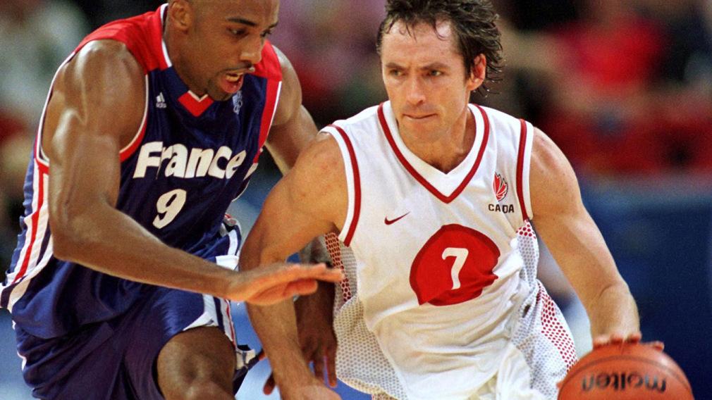 Deux joueurs de basketball luttent pour le ballon