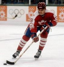 James Patrick du Canada participe au hockey contre la Suède aux Jeux olympiques d'hiver de Sarajevo de 1984. (Photo PC/AOC)
