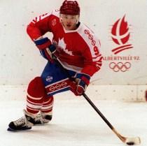 Joe Juneau du Canada affronte l'equpie Allemagne aux Jeux olympiques d'hiver de Albertville de 1992 (PC-Photo/AOC)