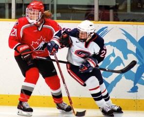Judy Diduck du Canada participe au hockey féminin contre les États-Unis aux Jeux olympiques d'hiver de Nagano de 1998. (Photo PC/AOC)