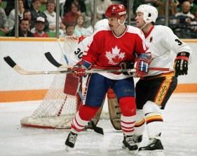 Serge Boisvert (gauche) du Canada participe au hockey aux Jeux olympiques d'hiver de Calgary de 1988. (Photo PC/AOC)