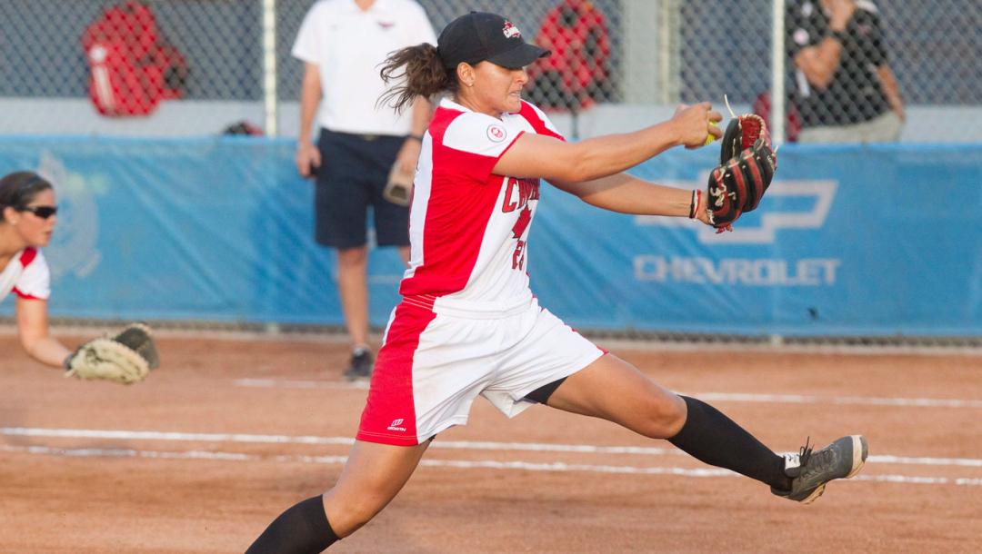 Une joueuse de softball en action