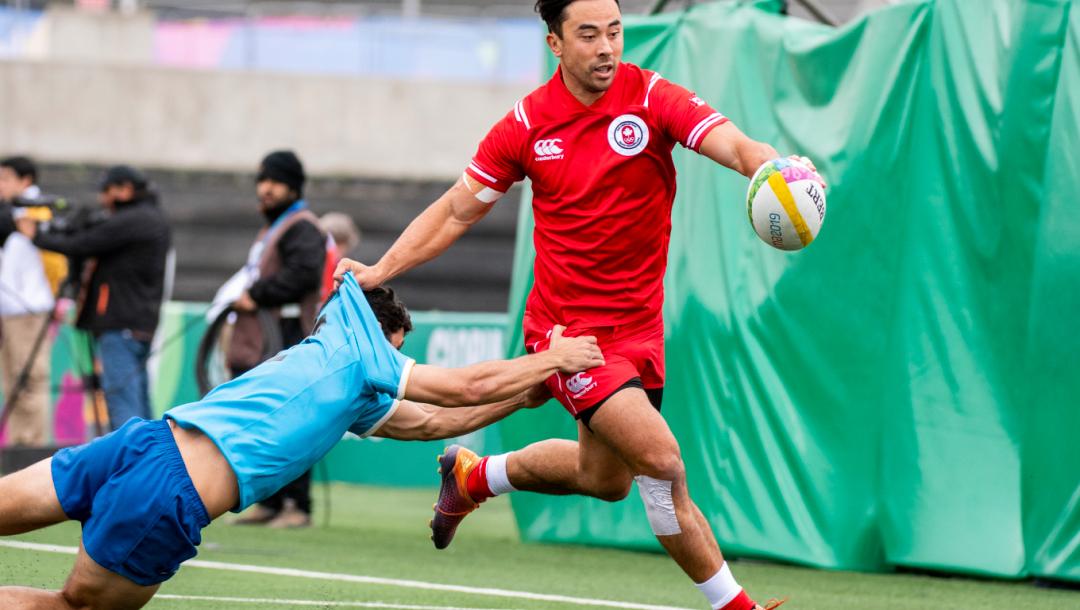 Un joueur de rugby s'échappe d'un plaqué