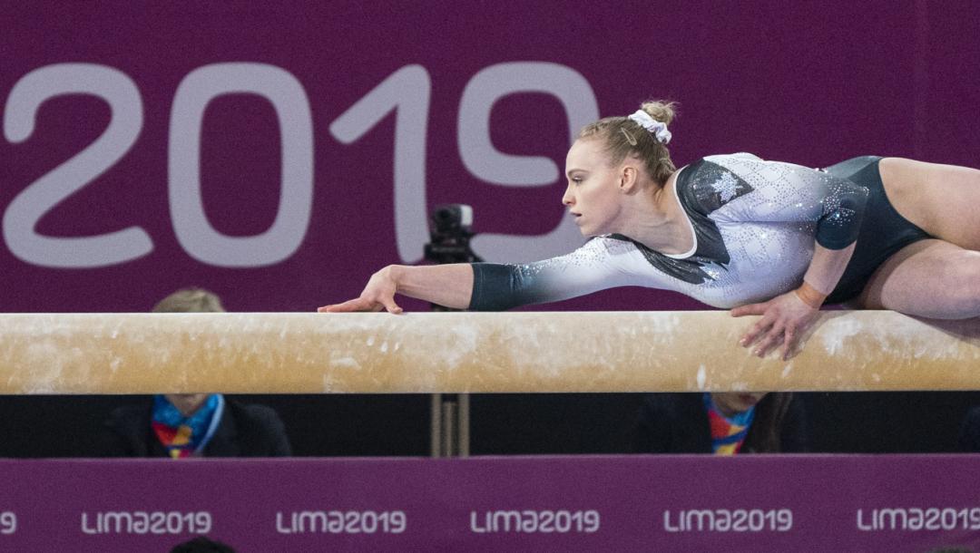 Une gymnaste sur la poutre