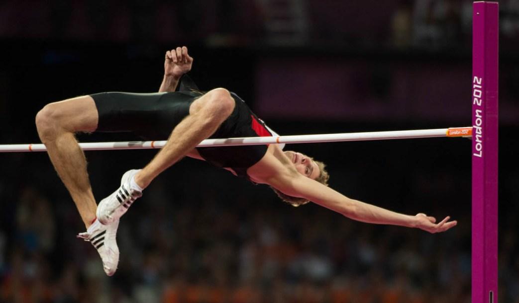 Derek Drouin en pleine action au saut en hauteur