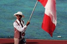 Une athlète du Canada porte le drapeau lors d'une cérémonie d'ouverture