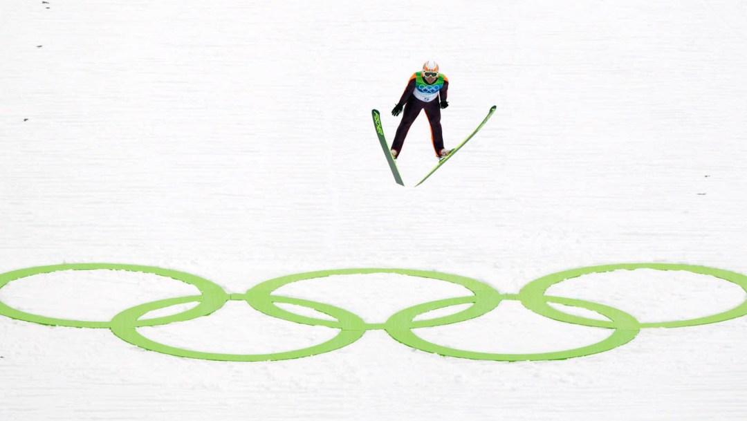 Jason Myslicki survolant les anneaux olympiques