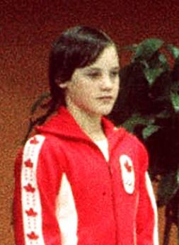 Une fille dans un uniforme rouge