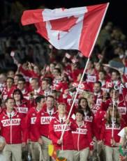 Le triathlète Simon Whitfield porte le drapeau pour Équipe Canada à leur entrée au stade pour la cérémonie d'ouverture des Jeux olympiques de Londres 2012 le 27 juillet 2012.