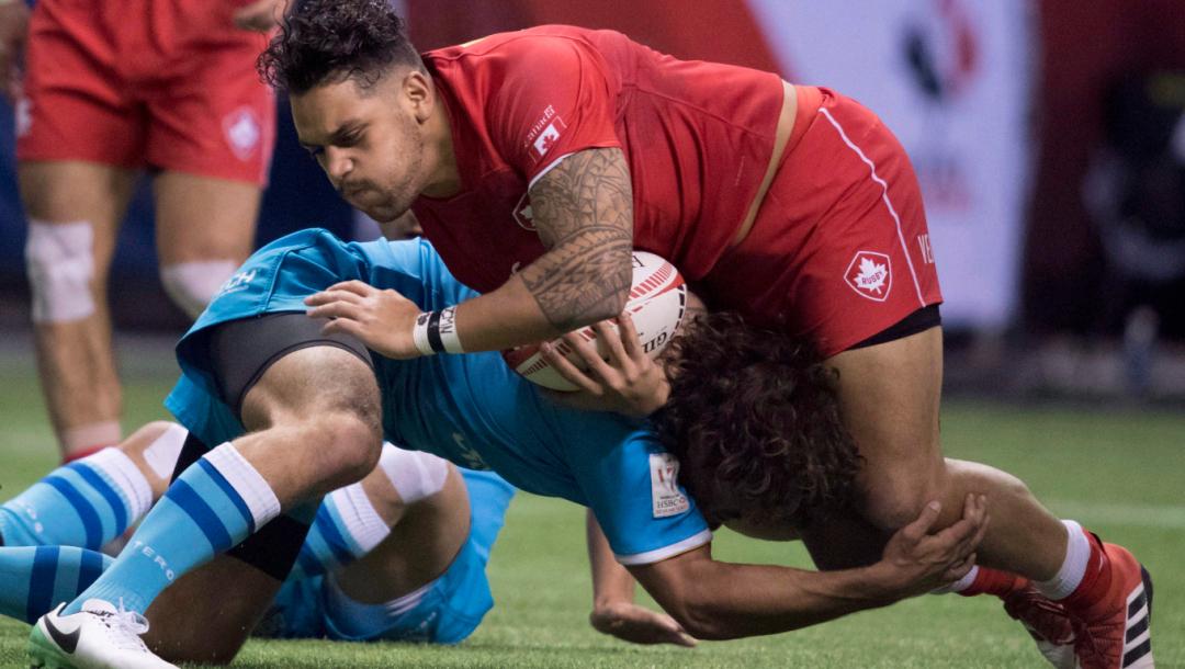 Deux joueurs de rugby s'affrontent