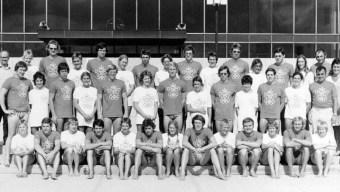 Une photo de groupe où tous le monde porte un T-shirt avec les anneaux olympiques