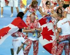 Des athlète entrent dans le stade lors d'une cérémonie de fermeture
