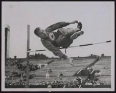 Une homme pendant un saut en hauteur