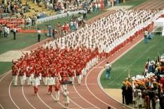 Des athlètes paradent pendant une Cérémonie d'ouverture