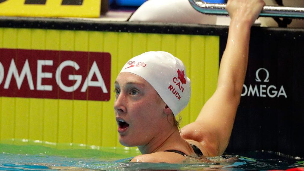 Une nageuse réagit à la fin de sa performance dans la piscine