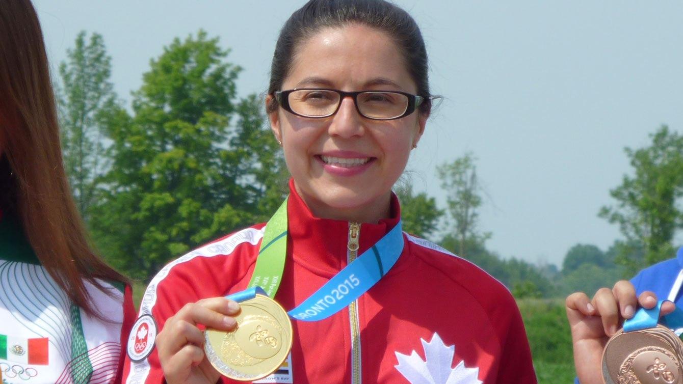 Une athlète avec sa médaille d'or