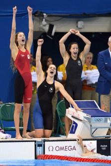 Le quatuor formé de Katerine Savard, Taylor Ruck, Brittany MacLean et Penny Oleksiak obtient le bronze au relais féminin 4x200 m aux Jeux olympiques de Rio, le 10 août 2016. (COC / Steve Boudreau)