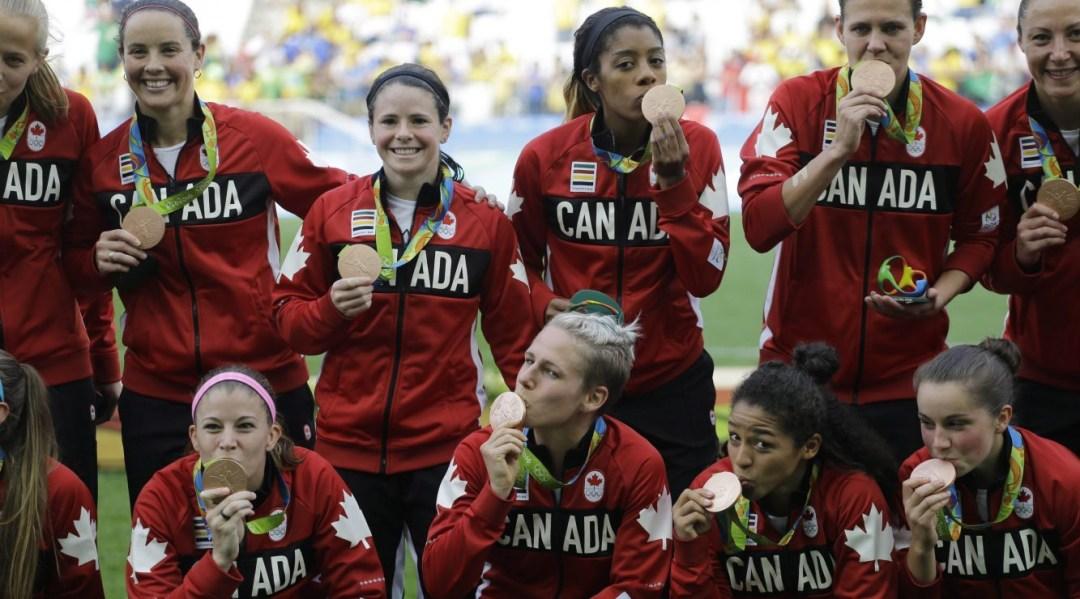 Les joueuses canadiennes reçoivent leur médaille de bronze suite à une victoire contre le Brésil au tournoi olympique de soccer féminin des Jeux de Rio 2016 à Sao Paulo.