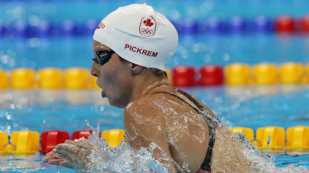 Une nageuse en compétition dans la piscine