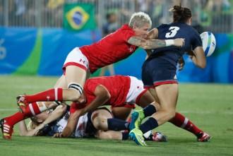 Jen Kish plaque une joueuse britannique lors du match pour la médaille de bronze aux Jeux olympiques de Rio, le 8 août 2016. (Photo/Mark Blinch)