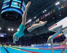 Penny Oleksiak plonge dans la piscine des Mondiaux sous l'oeil des spectateurs