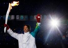 Un homme avec un flambeau olympique