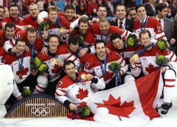 Équipe Canada pose pour une photo après avoir remporté le match pour la médaille d'or contre les États-Unis lors de la finale pour la médaille d'or des Jeux olympiques d'hiver de 2010 à Vancouver, le dimanche 28 février 2010. LA PRESSE CANADIENNE / Jonathan Hayward