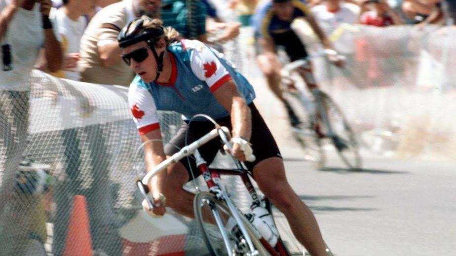 Steve Bauer participe à une épreuve de cyclisme sur route aux Jeux olympiques de Los Angeles. (Photo PC/AOC)