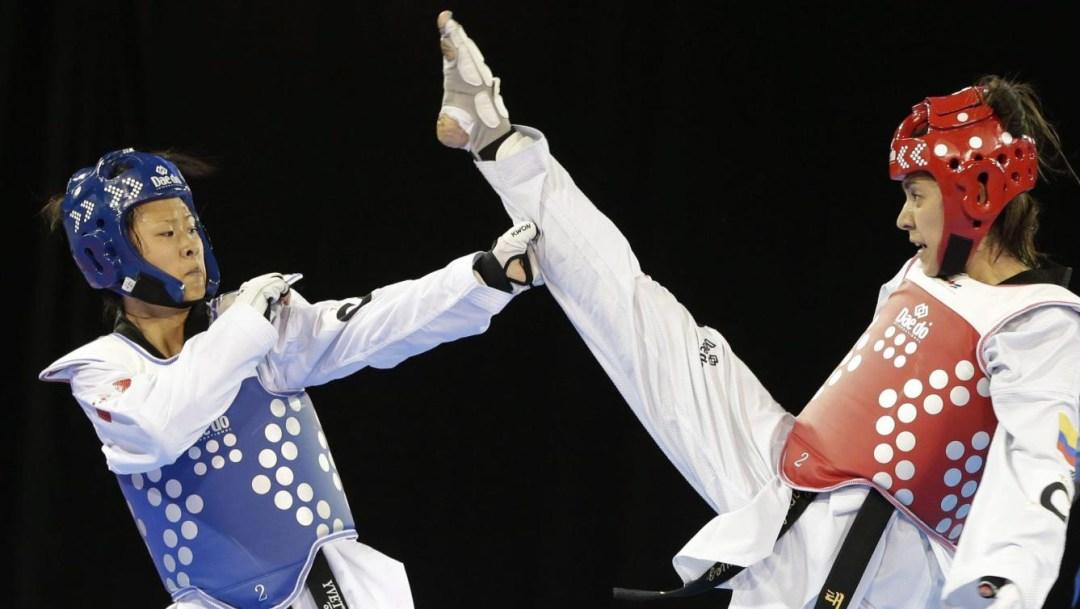 Deux athlètes de taekwondo en combat