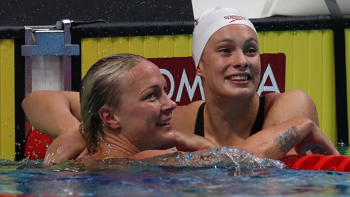 Deux nageuses se félicitent après une course