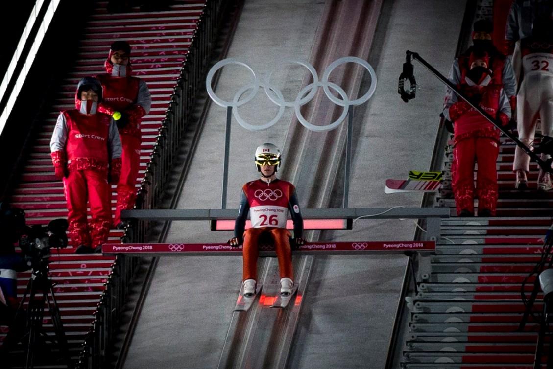 Mackenzie Boyd-Clowes en attente au sommet de la rampe de saut à ski
