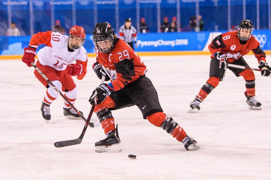 Marie-Philippe Poulin fait un virage sur ses patins, en possession de la rondelle