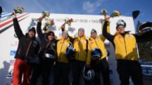 Les Canadiens Justin Kripps et Ryan Sommer, à gauche, célèbrent leur médaille d'argent en bob à deux sur le podium de la Coupe du monde de l'IBSF, à Calgary, le 24 février 2019. (Photo : IBSF/Twitter)