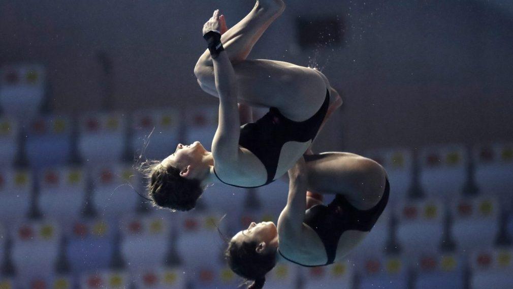 Caeli McKay et sa coéquipière Meaghan Benefeito en pleine action lors d'une épreuve de plongeon synchronisé au Championnat Mondial de Natation en Corée du Sud