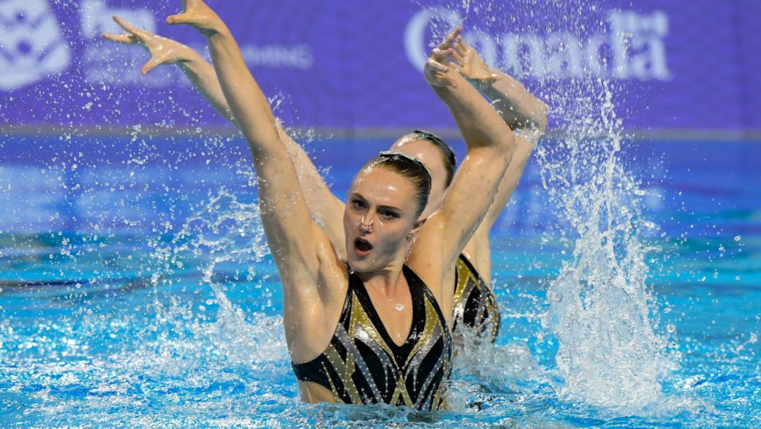 Deux nageuses artistique exécutent leur routine dans l'eau