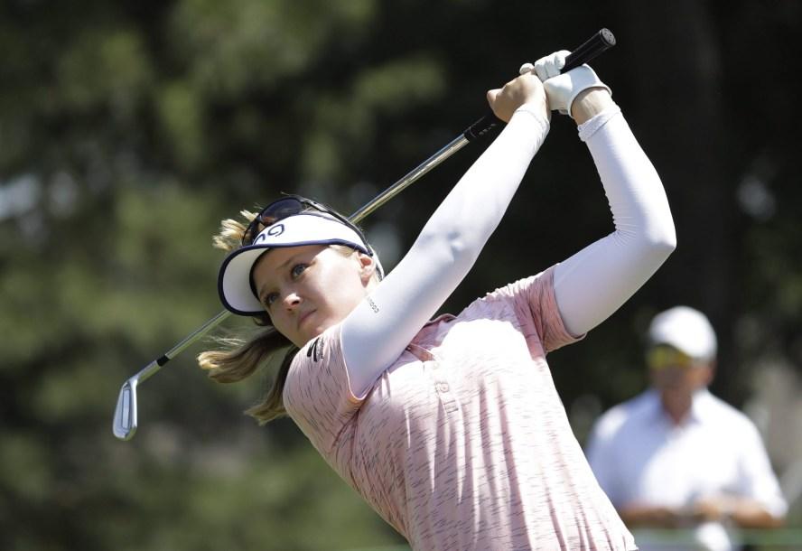 Une joueuse de golf frappe la balle