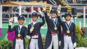 Quatre athlètes de sports équestres sur le podium