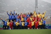 Lima, Sunday July 28, 2019 Members of the Rugby 7 team of the USA, Canada and Colombia pose with their gold, silver and bronce medals respectively at the Complejo Deportivo Villa Maria del Triunfo at the Pan American Games Lima 2019. Copyright Cristiane Mattos Mandatory credits: Lima 2019 ** NO SALES ** NO ARCHIVES ** Les trois équipe médaillées du tournoi de rugby à sept féminin aux Jeux panaméricains de Lima 2019, au Pérou, le 28 juillet 2019. Photo David Jackson/COC