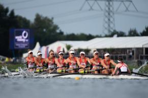 huit athlètes rament dans un bateau d'aviron