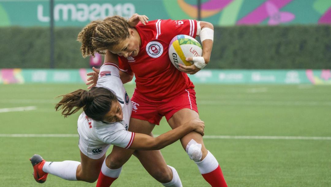 Deux joueuses de rugby se disputent le ballon