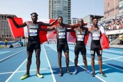 De gauche à droite, Jerome Blake, Aaron Brown, Bismark Boateng et Mobolade Ajomale posent avec le drapeau canadien après avoir remporté l'or au relais 4 x 100 m aux Championnats NACAC à Toronto, le 12 août 2018. LA PRESSE CANADIENNE/Mark Blinch