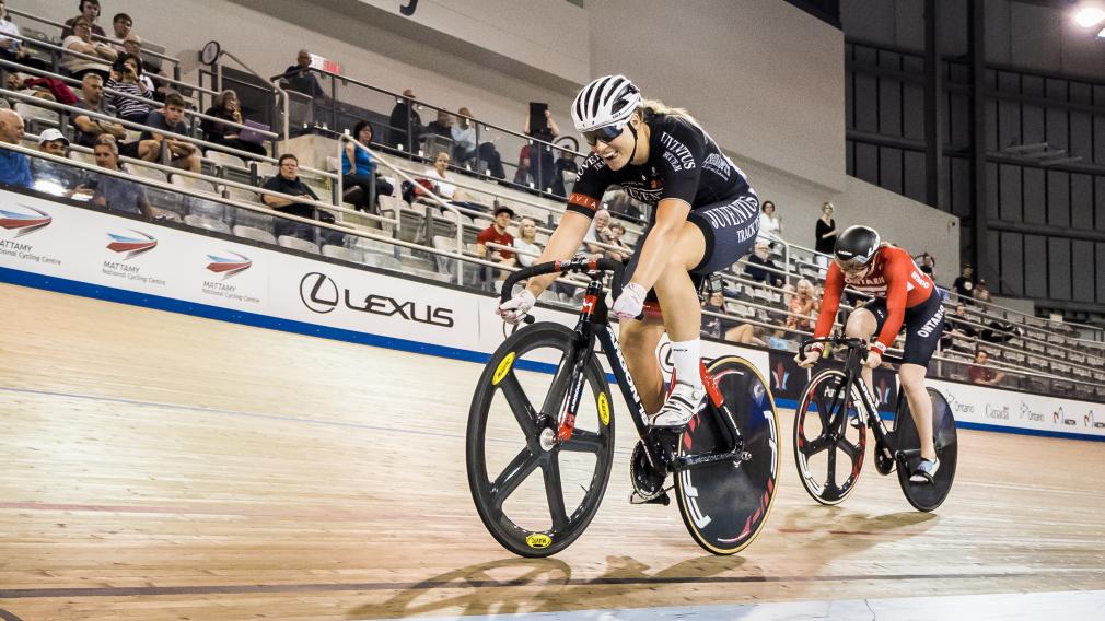 Kelsey Mitchell en action dans un vélodrome