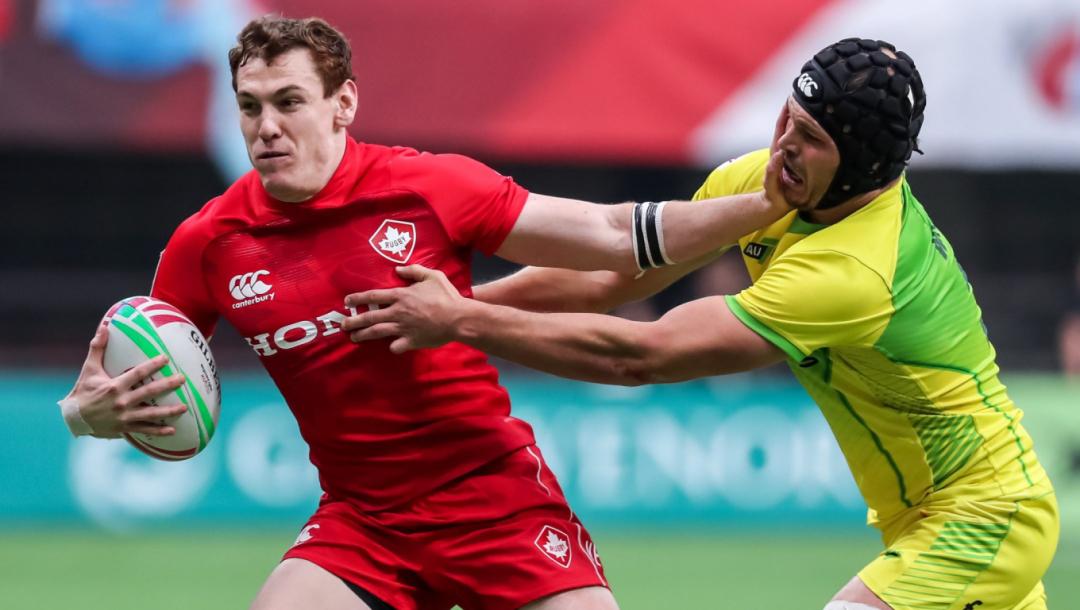 Deux joueurs de rugby se disputent le ballon
