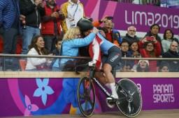 Kelsey Mitchell célèbre sa victoire au sprint féminin au vélodrome de Lima 2019