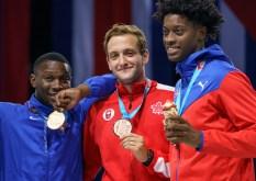 Shaul Gordon pose avec les médaillés du sabre masculin à Lima 2019