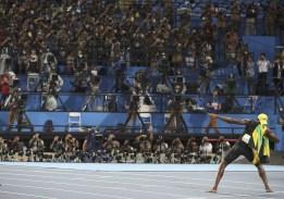 Usain Bolt, de la Jamaïque, célèbre devant les photographes après avoir remporté la médaille d'or au 100 m au 9e jour des Jeux olympiques de Rio 2016. REUTERS/Phil Noble
