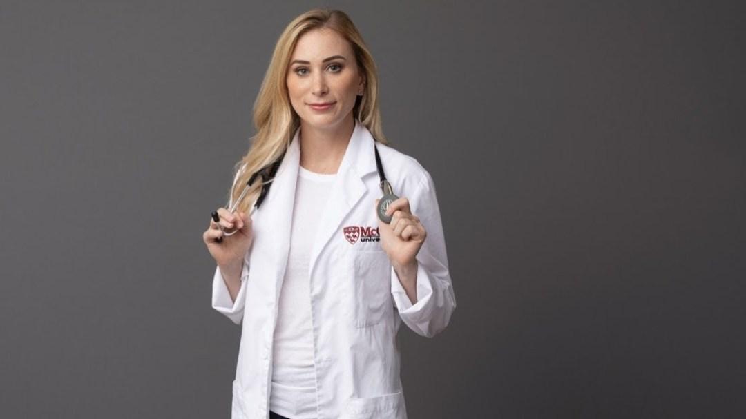 Joannie Rochette pose avec son sarrau et son stétoscope